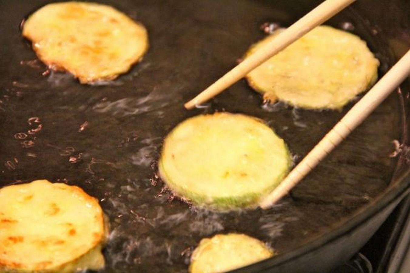 кабачки в кляре на сковороде с чесноком