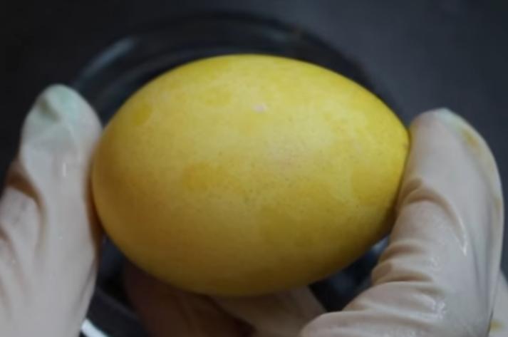как покрасить яйца с помощью растительного масла