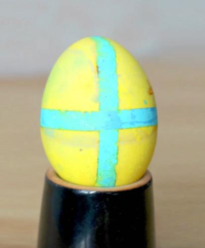 как сделать узоры на яйце с помощью скотча или изоленты