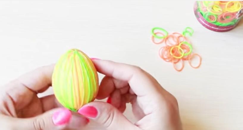 как покрасить яйца полосками при помощи резинок