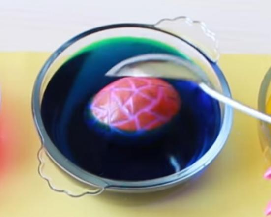 как покрасить яйца в виде мозаики