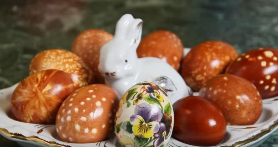 как покрасить яйца в луковой шелухе