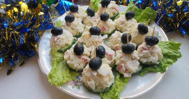 Интересная закуска — простые и вкусные канапе с крабовым салатом на шпажках на праздничный стол
