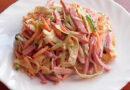 Салаты с копченой колбасой — ТОП-9 самых вкусных и простых рецептов: с фасолью, свежим огурцом, сухариками, корейской морковкой, пекинской капустой